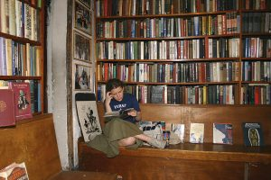 "Junger Leser bei ""Shakespeare and Company"". (Fotos: hah)"